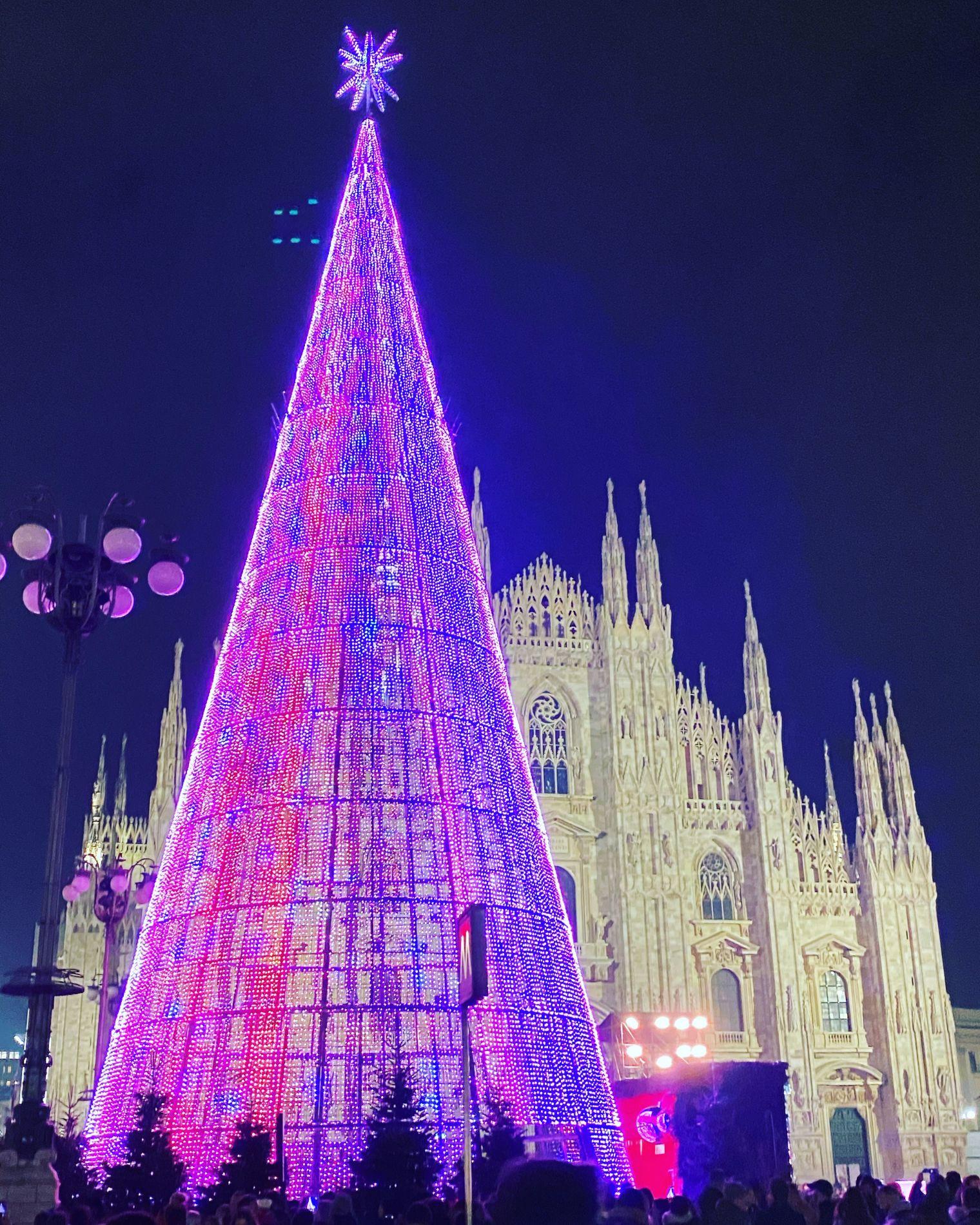 Albero Di Natale Milano.Milano Acceso L Albero Di Natale In Piazza Duomo La Milano Cronaca E Notizie