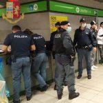 Milano, controlli del sabato sera presso la fermata metropolitana di Porta Garibaldi