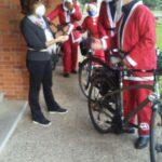 Cremona, Babbo Natale arriva in bicicletta per augurare Buone Feste ai bambini