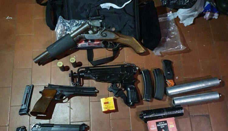 Monza, molestie e ripetute vessazioni sulla donna e i carabinieri scoprono un arsenale di armi